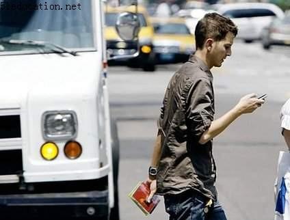 美小镇将对走路发短信者罚款